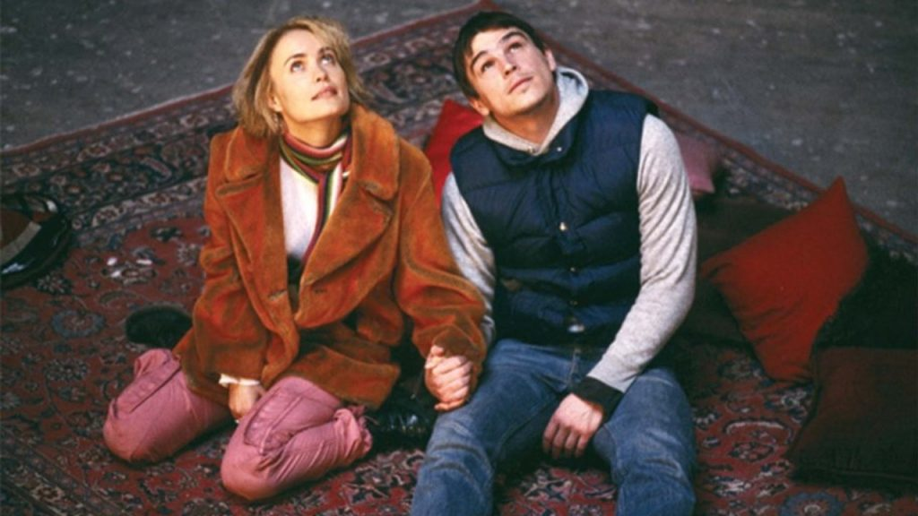 Rahda Mitchell as Isabelle and Josh Hartnett as Donald look up at the sky while holding hands